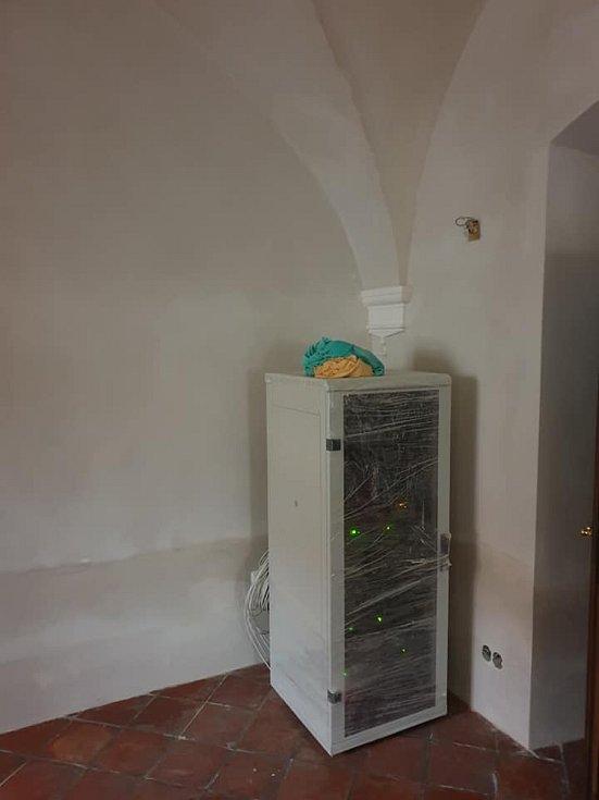 Zasedací místnost při rekonstrukci a po dokončení prací.