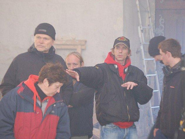 Režisér Jiří Strach udílí pokyny při natáčení v klasdrubském klášteře.