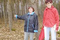 Mohyly Deníku ukázaly dlouholeté obyvatelky Bezemína Monika Saková a Marie Poláková (na snímku zleva).
