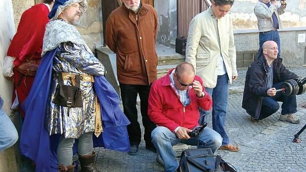 Štáb bavorské televize kontroluje záběry natočené u tachovského kostela. V kostýmu Karla IV. Miroslav Jarý, v čepici režisér Robert Baierl.