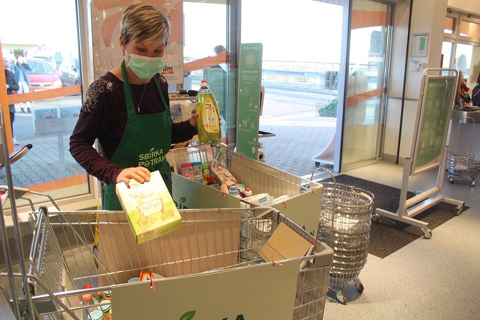 Potraviny a drogistické zboží mohli do Sbírky potravin odevzdávat také zákazníci tachovské prodejny DM drogerie.