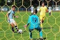 Václav Šmejkal (s míčem) právě střílí jeden ze svých tří gólů brankářskému ´kolegovi´ Matěji Vacíkovi při mistrovském utkání krajského přeboru mladšího dorostu FK Tachov proti FK Staňkov (6:1).