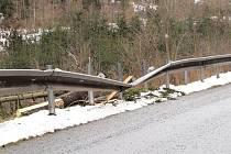 Silný vítr vyvracel stromy, srážky pak zvedaly hladiny toků