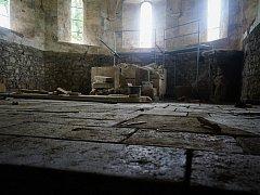 Nová podlaha v kostele Nanebevzetí Panny Marie ve Stříbře již dostává konkrétní rysy.