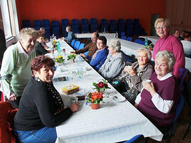 VÝROČNÍ ČLENSKÁ SCHŮZE SVAZU TĚLESNĚ POSTIŽENÝCH se konala v Chodové Plané. Na schůzi dostaly členky květinové dary v podobě petrklíčů. Akce se účastnilo přes čtyřicet z dvaašedesáti členů místního sdružení.