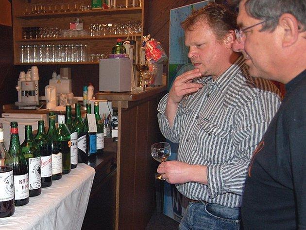 Porotci Václav Smihrodský a Jan Hřebejk (zprava) u seřazených lahví sevzorky vín tachovských pěstitelů.