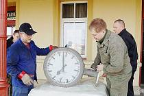 Jiří Bízek a Marek Plochý (zleva) ukazují historické hodiny, které budou po opravě sloužit na bezdružickém nádraží