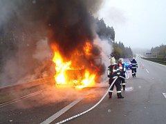 V době příjezdu tachovských hasičů na místo požáru byla už dodávka v plamenech.