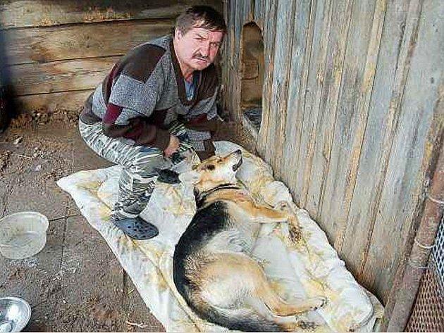 Ladislav Holík z Rájova ukazuje tělo svého psa, zastřeleného sousedem.