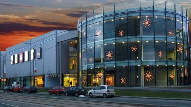 VÍTĚZNOU stavbou roku 2007 se v kategorii novostavby budov stal obchodní dům Dvořák v Plzni (na snímku).