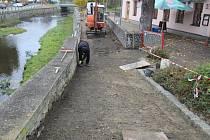 Blátivou cestu nahradí nový kamenný chodník