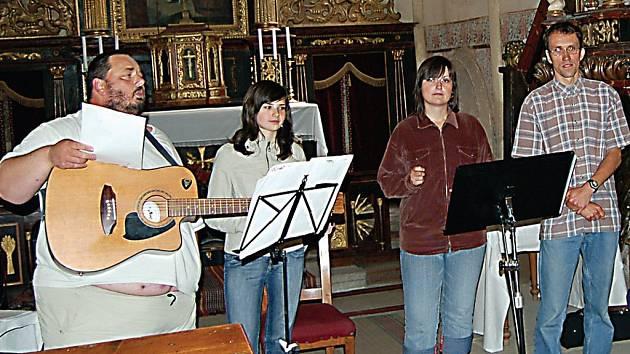 Na faře Komunity Noe v Holostřevech se konal osmý ročník festivalu Holostok. Toho se zúčastnila i kapela Pokus ze Zdic (na snímku), která se hostům představila v prostorách kostela.