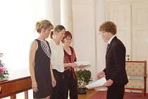 Při slavnostním předávání maturitních vysvědčení si jako první převzalsvůj list student z 6.A Gymnázia v Tachově Jaroslav Havel (na snímku).