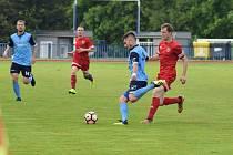 FK Tachov (červené dresy) doma zvítězil nad Českým lvem Union Beroun (modré dresy) 5:0.