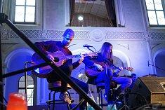 Tachovská kapela Neurotic Machinery vystoupila v prostorách světecké jízdárny.