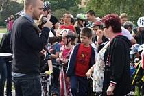 NĚKDO JEL na kole nebo na bruslích či koloběžkách, objevil se dokonce i skateboard.
