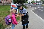 Policisté rozdávali před školou pomněnky