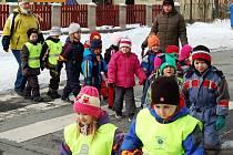 UČITELKY PŘI PŘECHÁZENÍ u školky v Prokopově ulici dávají na děti pozor. Podle rodičů je ale dopravní řešení na tomto místě nebezpečné.