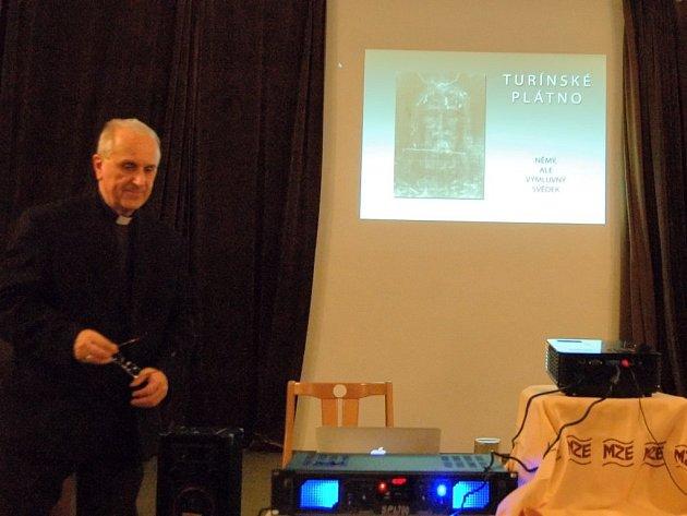 NĚMÝ, ALE VÝMLUVNÝ SVĚDEK byl podtitul přednášky biskupa Františka Radkovského (na snímku).