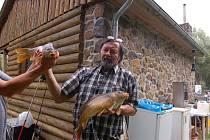 Antonín Harant z Plzně se stal jedním z úspěšných rybářů ve Velkých Dvorcích. Podařilo se mu během krátké chvilky chytit hned dva kapry.