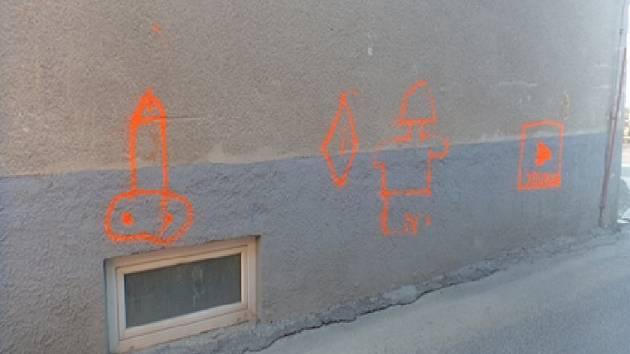 Sprejer maloval na fasádu oranžová přirození.