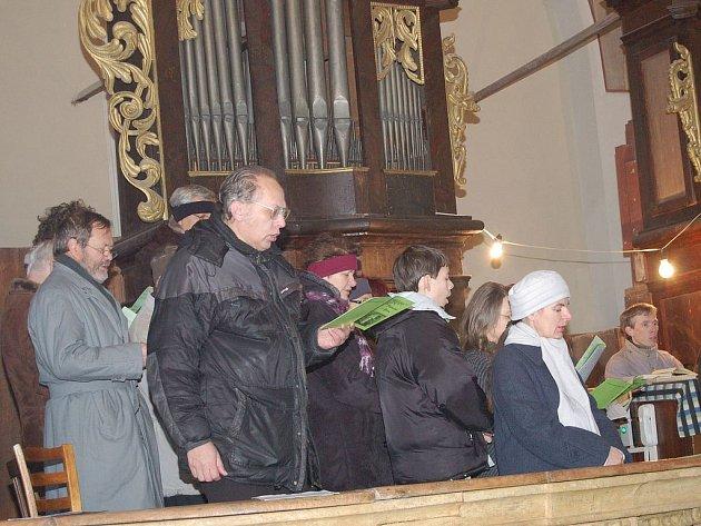 Chrámový sbor Resonance zpívá Českou mši vánoční v kostele v Boru.