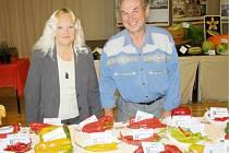 HANA A EMANUEL PAVLÍKOVI vystavují v Tachově několik druhů paprik. V sále Mže jsou k vidění nejlepší zahrádkářské výpěstky ještě dnes.