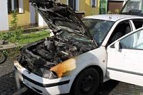 K hořícímu osobnímu vozu Škoda Octavia vyjížděli hasiči krátce před půl devátou.
