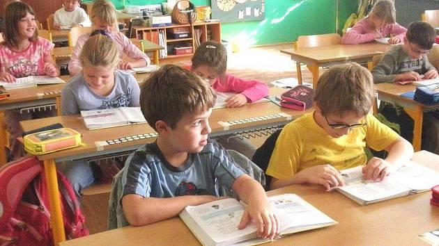Žáci 2. A ze ZŠ Zárečná Tachov zatím východné problémy nemají. Mezi jejich staršími spolužáky ale škola má několik adeptů pro využití experimentálního Individuálního výchovného plánu.