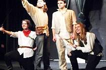 STUDENTSKÝ DIVADELNÍ SPOLEK, jehož členem je i tachovský Filip Malý, přijede do Tachova s hrou Sakra Hamlet.
