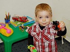 Mezi hračkami se líbilo i dvouletému Péťovi, jehož maminka čekala na vydání pasu.
