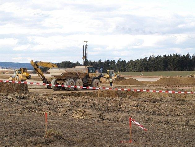 Na sjezdu z dálnice D5 u Ostrova u Stříbra vyrůstají dvě nové výrobní haly.