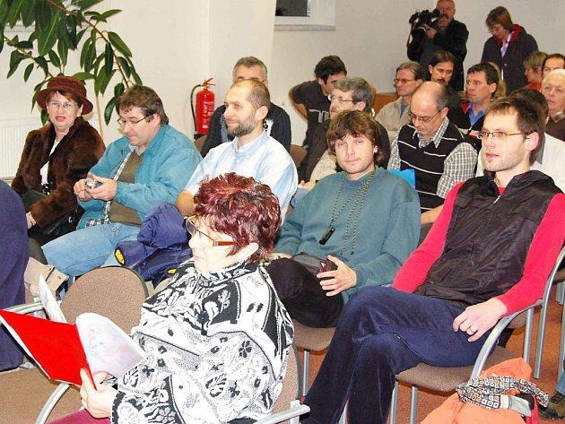 Salonek na tachovském zimním stadionu byl při pondělní debatě téměř zaplněný.