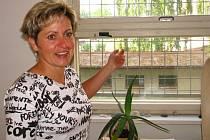 Paní Haně se vloupal pachatel do ordinace třikrát. Pokaždé stejným způsobem – po hromosvodu, nebo žebříku vylezl a vytlačil okno. Nyní jsou okna již zamřížována.