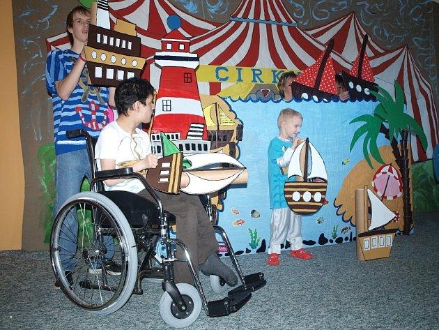 PÍSNIČKY, BÁSNIČKY I POHYBOVÁ VYSTOUPENÍ si pro veřejnost připravili klienti Domova pro osoby se zdravotním v Milířích.