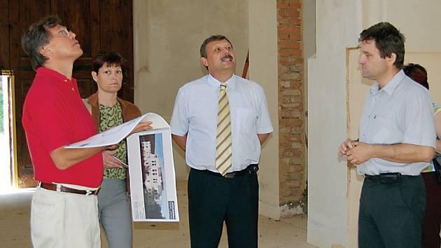 Návštěvy politiků vnímají s povděkem hlavně studenti. Mezi ty ze Světců zavítal v pondělí také europoslanec Libor Rouček (vlevo). Předtím ale ještě navštívil světeckou jízdárnu.