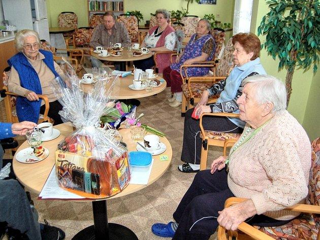 SKUPINKA SENIORŮ se pravidelně schází. Ve čtvrtek se sezení neslo také v duchu oslav jednadevadesátých narozenin Marie Tolarové (na snímku vpravo).