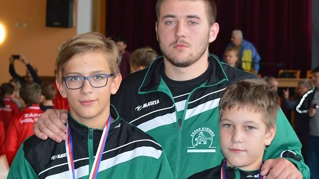 Stříbrští zápasníci Jakub Nikitinský a Jan Plzák. Vzadu jejich trenér Lukáš Adam.