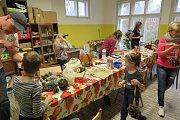 Během sobotního odpoledne se ve Černošíně vyráběly ozdoby.