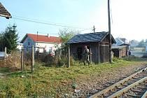 DOBROVOLNÍCI ODSTRANILI PLEVEL. Náletové dřeviny vysekali brigádníci také okolo sto let starého dřevěného domku, který se stane úschovnou jízdních kol.