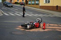 Na světelné křižovatce v Tachově došlo ke střetu osobního vozidla a motorkáře