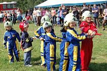 Dobrovolní hasiči ze Stráže hledají své nástupce v řadách těch nejmenších. Dětem z místní mateřinky nechali ušít uniformy a nacvičili s nimi ukázky minizásahu.
