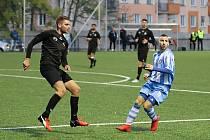 Bývalý tachovský kapitán Marek Ruda (vlevo) už v černém dresu Viktorie Mariánské Lázně nejenže na hřišti Hvězdy Cheb ubránil soupeře (s č. 10 Lukáš Komberec), ale dal i gól.