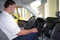 DEVĚT LET ZA VOLANTEM SANITKY. Martin Tomášek (na snímku) se ujímá řízení sanitního vozidla devátým rokem. Od středy řídí i novou sanitu a její technické přednosti si pochvaluje.
