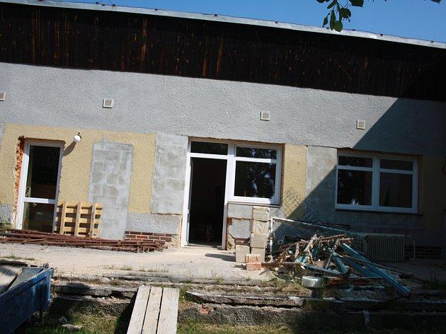 Několik let nepoužívaná mateřská škola se změní na multifunkční budovu. Obecní úřad by se do ní měl stěhovat už letos.