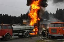 Do několikametrové výšky šlehaly plameny při úterním požáru trafostanice v průmyslovém areálu v Zadním Chodově.