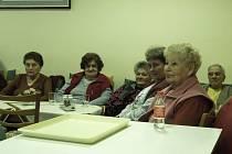 Besedy v klubu Domu s pečovatelskou službou ve Stříbře se zúčastnily obyvatelky domu. Pozorně naslouchaly vyprávění a přidaly také několik svých poznatků.
