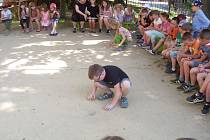 CVRNKÁNÍ KULIČEK DO JAMKY bylo pro děti příjemně stráveným časem. 2xFoto:Jitka Sedláčková
