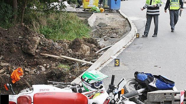 V Tachově srazil mladý motorkář dva chodce a poté spadl na dělníka ve výkopu.