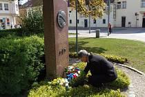 Stříbrský starosta Bohuslav Červený položil květiny u památníku americké armády ve Stříbře.